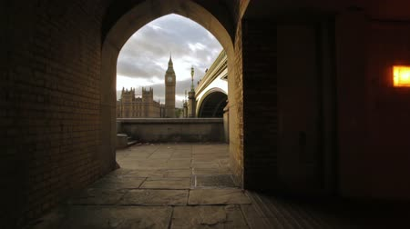 történelmi : A shot of Big Ben from a tunnel underneath the bridge in London, England on October 9, 2011.