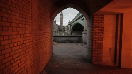 парламент : A shot in the evening of an archway in a tunnel underneath the bridge that shows Big Ben in London, England. Filmed on October 9, 2011. Стоковые видеозаписи
