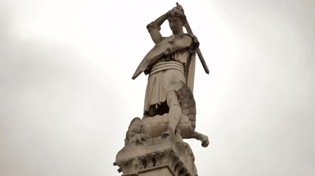 dragão : Close-up shot of the statue of St. George slaying the dragon on top of the pillar in front of Westminster Abbey, London. Filmed on October 11, 2011.