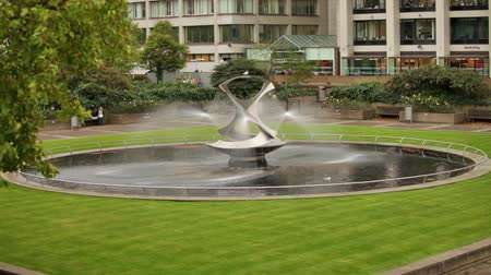 bronz : Stationary view of Revolving Torsion Fountain Sculpture in London, England. Filmed on October 11, 2011.