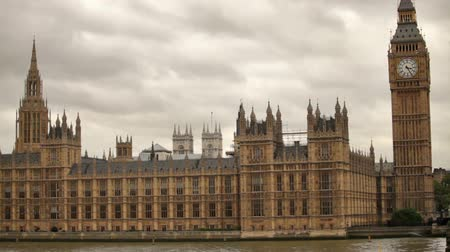 парламент : White storm clouds behind westminster palace in London, England. Filmed on October 11, 2011. Стоковые видеозаписи