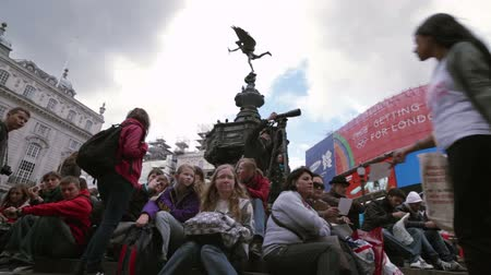 bronz : A crowd of people sits on the steps of the famous Eros statue at Piccadilly Circus in London, England on October 7, 2011.