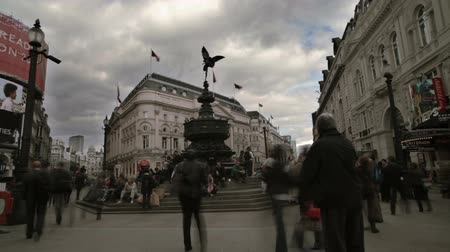 bronz : Time lapse shot of big crowds rushing past the famous Eros statue at Piccadilly Circus in London, England on October 7, 2011. Stok Video
