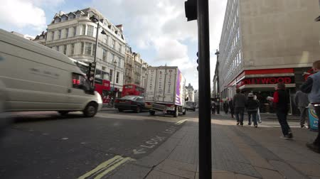 dvojitý : A busy street surrounded by buildings with traffic and double decker buses and people walking down the sidewalk at Oxford street in London, England. Filmed on October 7, 2011. Dostupné videozáznamy