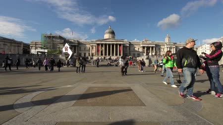 sütun : A shot of people walking around Trafalgar Square with the National Gallery Art Museum in the background in London, England on October 7, 2011.