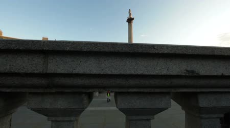 kolumna : The camera gradually moves downwards, starting with the view of Trafalgar Square - fountains, people, and Lord Nelsons monument - which is then all hidden behind small column structure. Filmed on October 7, 2011.