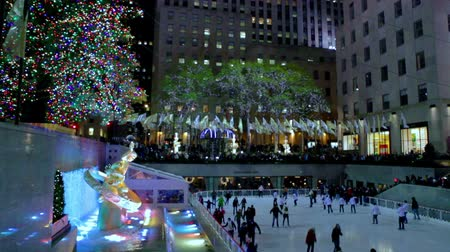 boŻe narodzenie : Christmas fountain with ice rink, flags in background, New York. Wideo