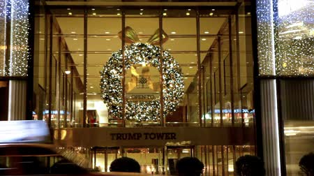 çelenk : Trump Tower, with lights, a wreath, and cars. Stok Video