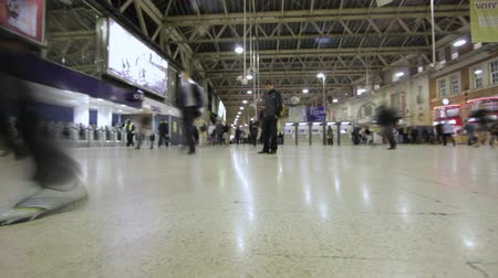horas : Time lapse of people walking around from place to place in the underground tube station in London, England. Filmed on October 6, 2011.