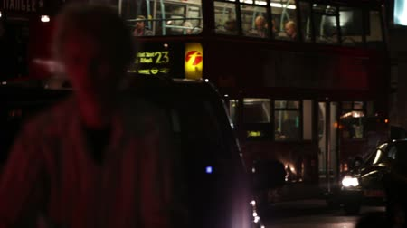 marmeláda : A stationary shot of busy evening street traffic in London. Buses, cyclists and cars are passing and a building is in the background. Filmed on October 7, 2011. Dostupné videozáznamy
