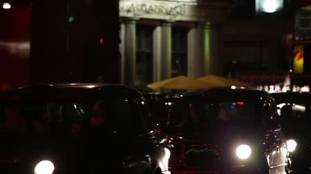 dvojitý : A stationary shot of busy evening street traffic in London. Buses and cars are passing and a building is in the background. Filmed on October 7, 2011. Dostupné videozáznamy
