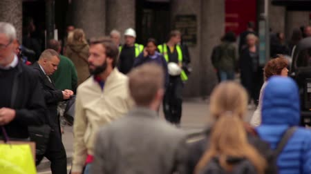 asfalt : A stationary shot of street traffic in London. First, there are taxis and cars driving by, then the pedestrians cross the street. Filmed on October 7, 2011.