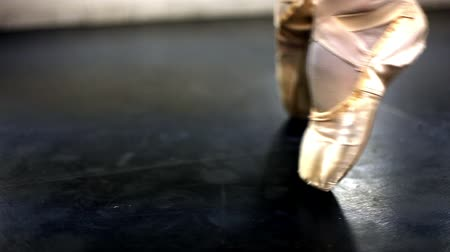 klapki : Tracking shot of woman flexing her feet in en pointe ballet shoes. Wideo