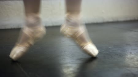 klapki : Static shot of a ballerinas en pointe shoes on a reearsal floor.