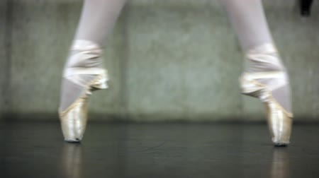 klapki : Rack-focus shot of the feet of a ballerina dancing in a rehearsal space. Wideo