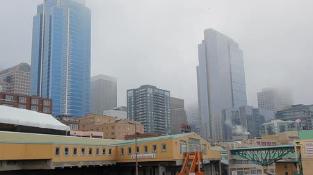 visitante : Seattle, Washington - November 2011: Static view of the skyscrapers from Pikes Place Market. Stock Footage