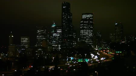 visitantes : Seattle, Washington - November 2011: Static view of Seattle at night as traffic drives by. Stock Footage