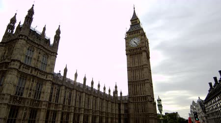 парламент : Panning view of Big Ben and Westminster Palace in London. The camera moves from right to left. Filmed on a clear afternoon on October 9 2011.