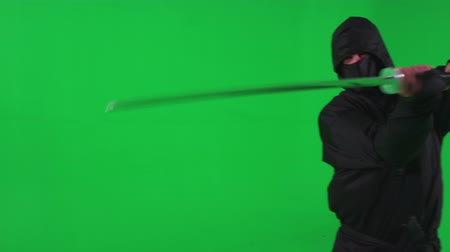 samuraj : Slow motion green screen shot of a combative ninja brandishing a katana Wideo