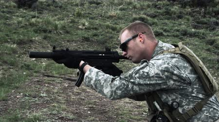 стрельба : Soldier shooting automatic carbine. Green Beret United States Army Special Forces.