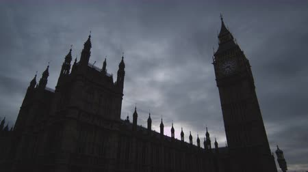 bezmotorové létání : A time-lapse shot of Big Ben clock tower and Westminster Palace in London. It is dark outside and threatening clouds are gliding over the buildings. Dramatic and effective shot. Filmed on October 9 2011. Dostupné videozáznamy