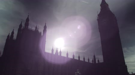 zajímavý : The camera starts moving upwards from the street level where some people can be seen. It then focuses on Big Ben clock tower. The sunlight is very dazzling, creating an interesting and beautiful lens flare in the sky. Filmed on October 9, 2011.