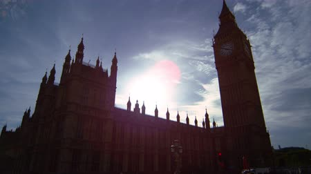 zajímavý : The camera starts moving upwards from the street level where some people (police and protesters) can be seen. It then focuses on Big Ben clock tower. The sunlight is very dazzling, creating an interesting and beautiful light effect in the sky. Filmed on O