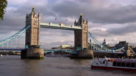 londyn : Cruise ship passes by camera with Tower Bridge in background in London England. Filmed on October 11 2011. Wideo