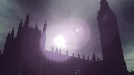 zajímavý : The camera starts moving upwards from the street level where some people (police and protesters) can be seen. It then focuses on Big Ben clock tower. The sunlight is very dazzling, creating an interesting and beautiful lens flare in the sky. Filmed on Oct