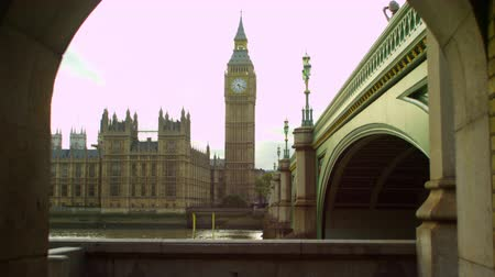 парламент : A stationary shot of river Thames Westminster Palace and Big Ben clock tower in London. It has been filmed from a tunnel next to Westminster Bridge. Captured on October 9 2011.