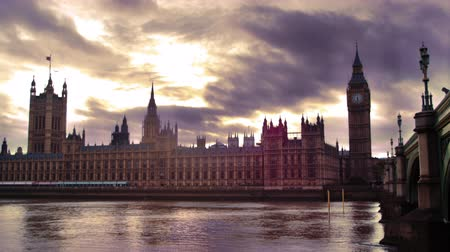парламент : A stationary time-lapse shot of Westminster Palace and river Thames at dusk. The sky is both cloudy and bright. Beautiful shot. Filmed on October 9 2011.