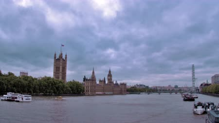 парламент : Westminster palace from across River Thames in London, England. Filmed on October 11, 2011.