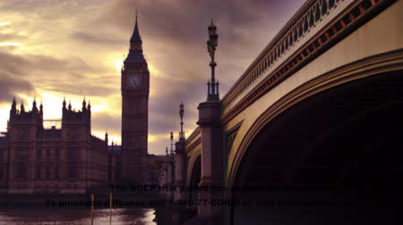 парламент : A stationary time-lapse shot of Westminster Palace Big Ben clock tower Westminster Bridge and river Thames at twilight. The fading light and clouds create a beautiful effect. There are some people on the bridge. Filmed on October 9 2011. Стоковые видеозаписи
