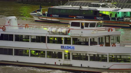 ancorado : A stationary shot of ship Erasmus passing by the camera on river Thames in London. In the background one can see an anchored vessel with Natwest logos. Filmed in the evening of October 10 2011. Vídeos