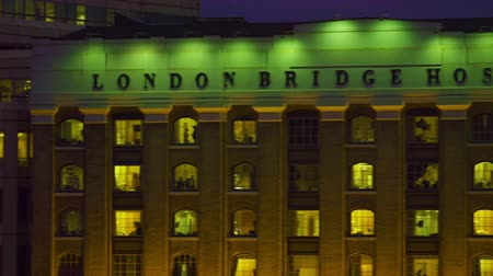 дорожный знак : A panning view with the camera moving from left to right of London Bridge Hospital name. Captured in the evening, it is dark outside and the building is lit. Filmed on October 10, 2011. Стоковые видеозаписи