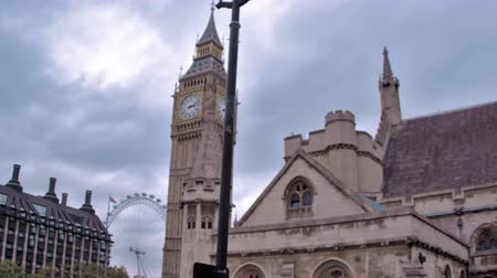 Лондон : Traveling view of Big Ben and the London eye in background in London, England. Filmed on October 11, 2011.