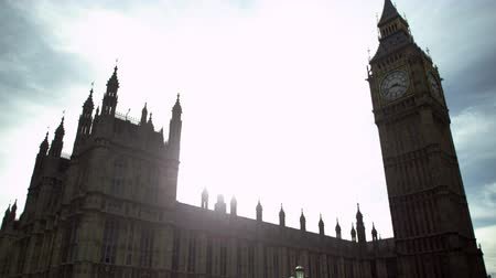 Лондон : The camera moves upwards from the street level (traffic lights seen), focusing on the Big Ben clock tower. The afternoon sunlight is dazzling, creating a beautiful light effect. Filmed on October 9, 2011.