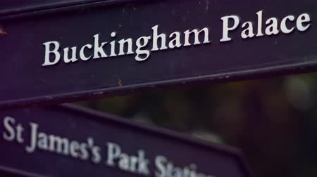 országúti : A stationary close-up of a signpost with Buckingham Palace on one side and St. Jamess Park Station on the other. Filmed in Saint James Park, London, on October 8, 2011.