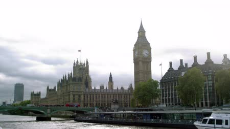 Лондон : Birds fly over Thames River in front of the Westminster palace and Westminster bridge in London, England. Filmed on October 11, 2011. Стоковые видеозаписи