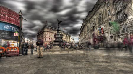 bronz : Highly tone mapped HDR time-lapse of people at Piccadilly Circus in London. The Shaftesbury Memorial is seen and people are walking all around. Filmed in October 2011.