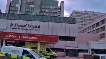 醫療保健 : Traveling view of St. Thomas Hospital in London, England. filmed on October 11, 2011.