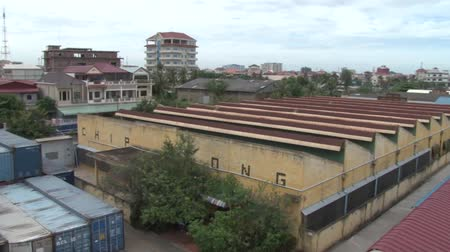 szycie : Wide shot exterior rooftop view pan from left to right along garment factory in Asia
