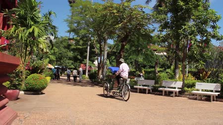 ciclismo : Cambodian cyclo driver (bicycle taxi) passes near Cambodian national museum in Southeast Asia