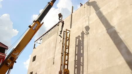 hydraulik : CONSTRUCTION GEFAHR: Kran hebt Worker auf Top of Pile Driver Videos