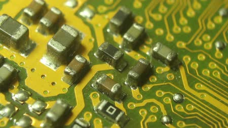 szilícium : Super10x Macro Camera Dolly along a computer circuit board; camera starts offscreen, then moves to settle on circuit cluster. Shot with special macro lenses, this shot demonstrates a dynamic view of the developments in technology.