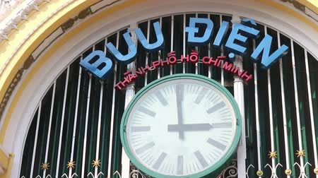 pacífico : Close up of the clock at the famous Saigon central post office in Ho Chi Minh city, Vietnam as the minute hand clicks from 2:59 to 3:00PM. Stock Footage