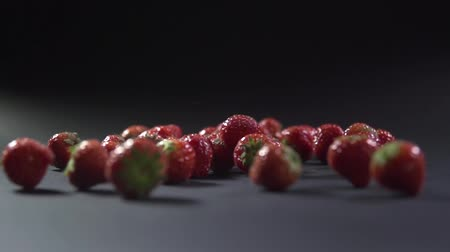 ingrediente : Strawberries fall to the surface and roll.
