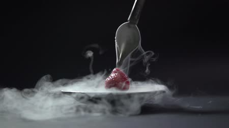łyżka : The liquid flows from the curved spoon to the berry.