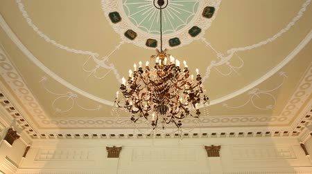 żyrandol : Dolly shot of a beautiful chandelier in a historic building downtown Chicago. Wideo