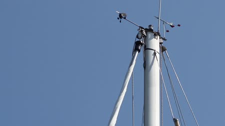 barometr : Anemometer  device on a small boat is positioned on top of the mast to deliver precise data about wind condition. Wideo
